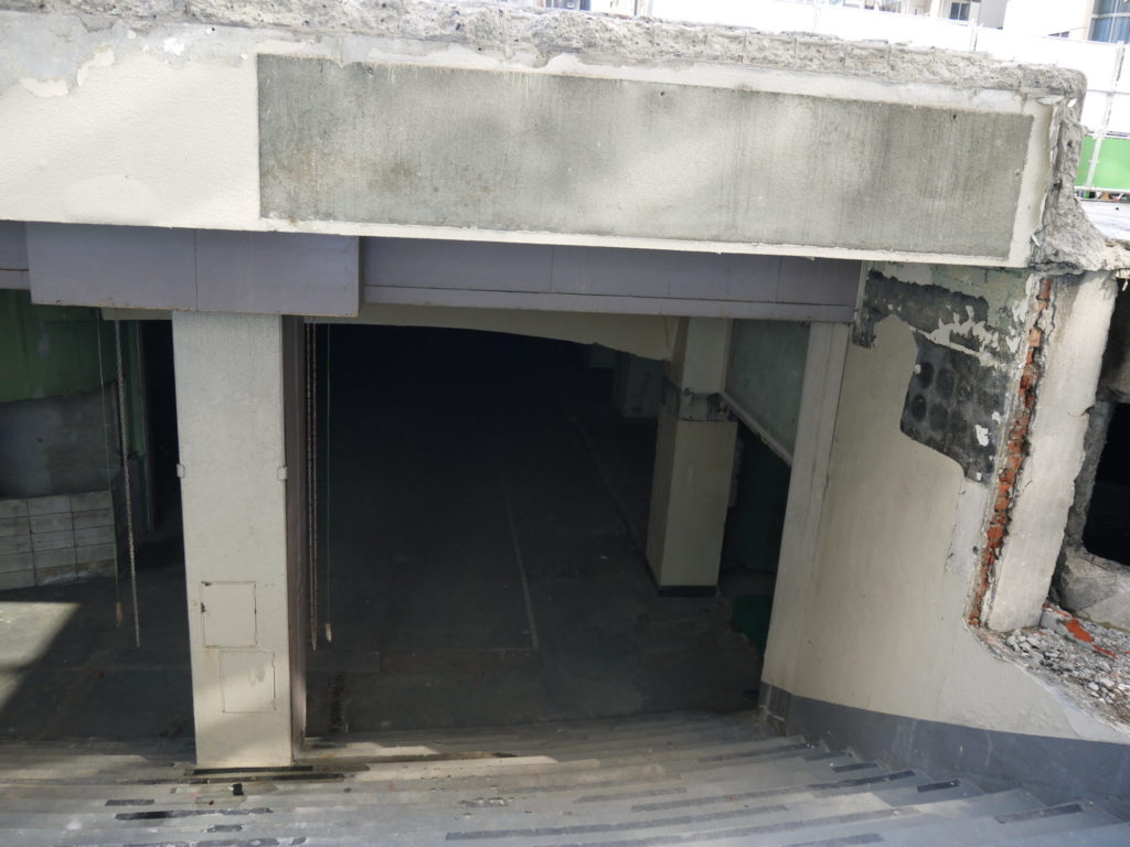 三原橋地下商店街の北側摺り口