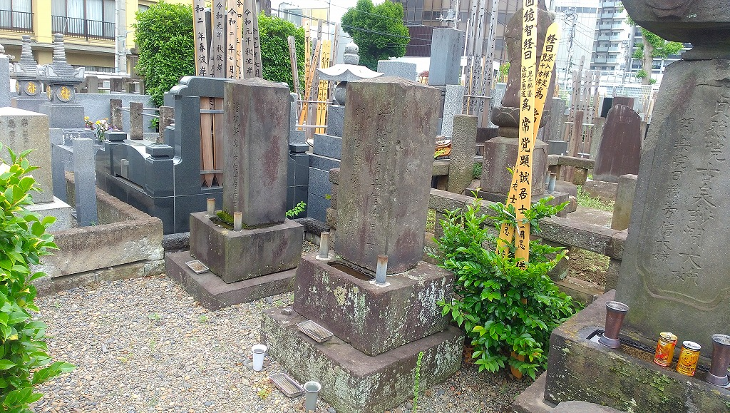 中央が蘭軒の墓